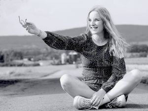 Woman Sitting Road Teenager Girl  - AmrThele / Pixabay